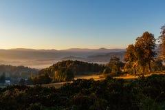 Zmierzch w góra krajobrazie Gór warstwy w zmierzchu Zmierzch w halnym lasu krajobrazie Las i góra krajobraz zdjęcia stock