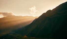 Zmierzch w górach słońce jasnego dzień highmountains gór Październik Russia słońce Góra Kazbek Słońce Ray zdjęcie royalty free