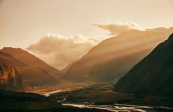 Zmierzch w górach słońce jasnego dzień highmountains gór Październik Russia słońce Góra Kazbek Słońce Ray obraz stock