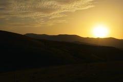 Zmierzch w górach zachmurzone niebo Zdjęcie Stock