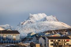 Zmierzch w Greenland kapitałowy Nuuk, Sermitsiaq góra w bac Zdjęcia Royalty Free