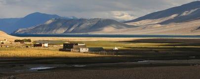 Zmierzch w halnej dolinie: słońce iść puszek i zakrywająca część tylko dolinny, mały biel, mieści daleką wioskę w backg Zdjęcie Stock