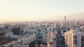 Zmierzch w megapolis wideo Piękny pejzaż miejski z odgórnym widokiem na drapaczach chmur Odgórny widok nowożytny miasto przy zmie fotografia stock
