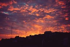 Zmierzch w mieście z chmurami Obraz Stock