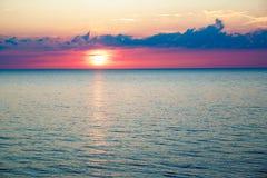 Zmierzch w pięknym cloudscape i morzu fotografia stock