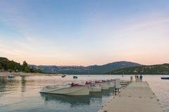 Zmierzch w plaży Sainte Croix jezioro, Verdon regionalności naturalny park, Francja zdjęcia stock