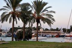 Zmierzch w Shavit zakotwienie na bankach Kishon rzeka w Izrael Jachtu klub obrazy stock