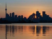 Zmierzch w Toronto, Ontario, z odbiciem w jeziorze fotografia royalty free