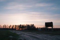 Zmierzch w zaniechanej wiosce ampuła rdzewiejąca baryłka, zbiory
