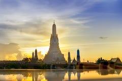 Zmierzch Wat Arun & x28; Świątynia Dawn& x29; i odbicia Wat Arun Pag Zdjęcie Stock