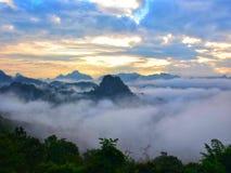 Zmierzch, widok górski i mgła przy ssanie w żołądku Ma Pha, Mae Hong syn Obrazy Stock