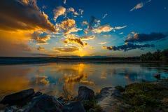 Zmierzch, wschód słońca nad rzeką/ Obraz Stock