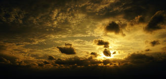 Zmierzch, wschód słońca z chmurami Koloru żółtego nieba ciepły tło Zdjęcia Stock