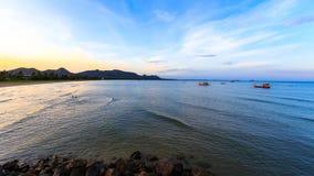 Zmierzch z łódkowatym połowem na morzu i górze Zdjęcie Royalty Free