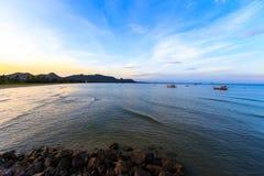 Zmierzch z łódkowatym połowem na morzu i górze Fotografia Royalty Free