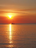 Zmierzch z łodzią i słońce przy Fannie trzymać na dystans obrazy stock
