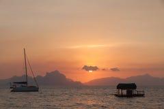 Zmierzch z łodzią rybacką - Donsol Filipiny Zdjęcia Stock
