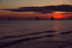 Zmierzch z żaglówkami młodzi dorośli Podróż Filipiny Luksusowy tropikalny wakacje Boracay raju wyspa w kontekście niebieskie chmu obraz royalty free