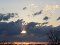 Zmierzch z Cofać się burz chmury i chwała promienie Obrazy Stock