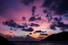 Zmierzch z dramatycznym niebem, chmurami nad górą i andaman morzem a, Obraz Stock