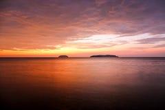 Zmierzch z dramatycznymi chmurami na tropikalnej plaży Fotografia Royalty Free