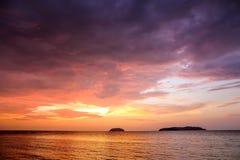 Zmierzch z dramatycznymi chmurami na tropikalnej plaży Zdjęcia Royalty Free