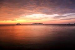 Zmierzch z dramatycznymi chmurami na tropikalnej plaży Obrazy Royalty Free