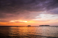 Zmierzch z dramatycznymi chmurami na tropikalnej plaży Obraz Stock