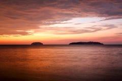 Zmierzch z dramatycznymi chmurami na tropikalnej plaży Fotografia Stock