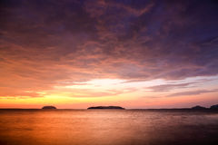 Zmierzch z dramatycznymi chmurami na tropikalnej plaży Zdjęcia Stock