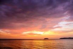 Zmierzch z dramatycznymi chmurami na tropikalnej plaży Obrazy Stock