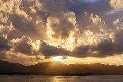 Zmierzch z niebem, chmurami nad górą i andaman morzem przy Phuket, Zdjęcie Stock