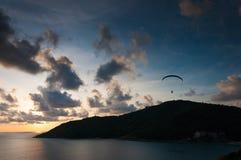 Zmierzch z paraglider w niebie Zdjęcia Stock