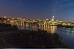 Zmierzch z piękną linią horyzontu nad rzecznym Missouri Omaha Nebraska i śródmieściem fotografia stock