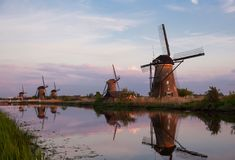 Zmierzch z tradycyjnymi Holenderskimi wiatraczkami w Kinderdijk Obraz Royalty Free