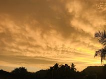 Zmierzch z Złotymi chmurami w Sri Lanka fotografia stock