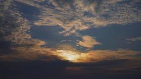 Zmierzch za dramatycznymi chmurami w niebieskim niebie zbiory