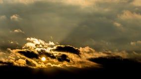 Zmierzch, zmierzchu nieba zima, słońce chmurnieje Obrazy Stock