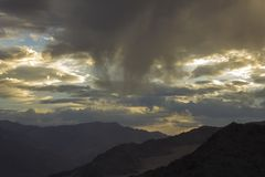 Zmierzchu światło na chmurach w halnej dolinie zdjęcie royalty free