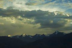 Zmierzchu światło na góra śnieżnych szczytach fotografia stock