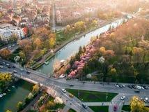 Zmierzchu światło nad europejskim miastem w sprin Zdjęcia Royalty Free