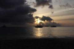 Zmierzchu żeglowania plażowa łódź fotografia stock