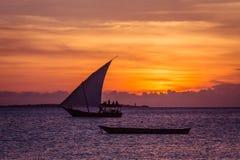 Zmierzchu żagiel blisko Zanzibar wyspy Zdjęcia Royalty Free