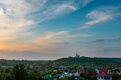 Zmierzchu błękitny magenta fiołkowy żółty niebo w Poltava, Ukraina wiejski obraz royalty free