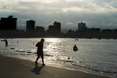 Zmierzchu Backlight scena przy Salinas plażą, Ekwador Zdjęcia Stock