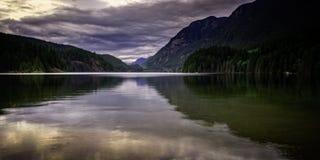 Zmierzchu Buntzen jeziora port Markotny Canada BC Zdjęcia Stock