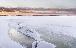 Zmierzchu czas obok lodowatego jeziora Obraz Stock