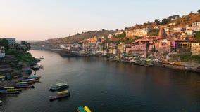 Zmierzchu czasu upływu Omkareshwar pejzaż miejski, India, święta hinduska świątynia Święta Narmada rzeka, łodzi unosić się zdjęcie wideo