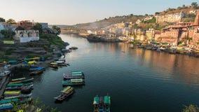 Zmierzchu czasu upływu Omkareshwar pejzaż miejski, India, święta hinduska świątynia Święta Narmada rzeka, łodzi unosić się zbiory wideo