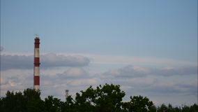 Zmierzchu czasu upływu niebo i chodzenie chmur elektrownia Latvia 4K zbiory